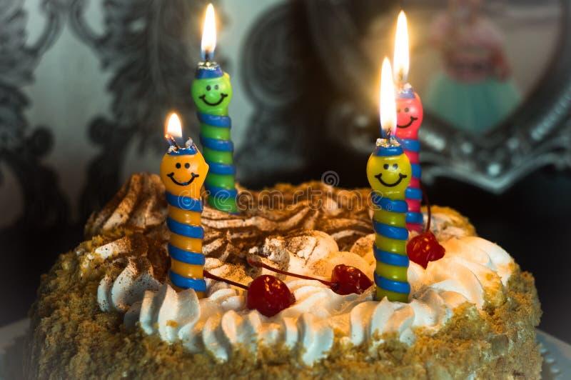 我们庆祝生日,与灼烧的蜡烛的蛋糕 库存图片