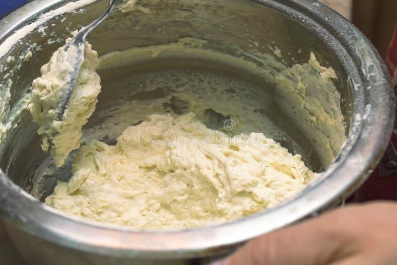 我们揉在平底深锅、匙子用面团薄煎饼的和油炸馅饼的面团 免版税库存图片