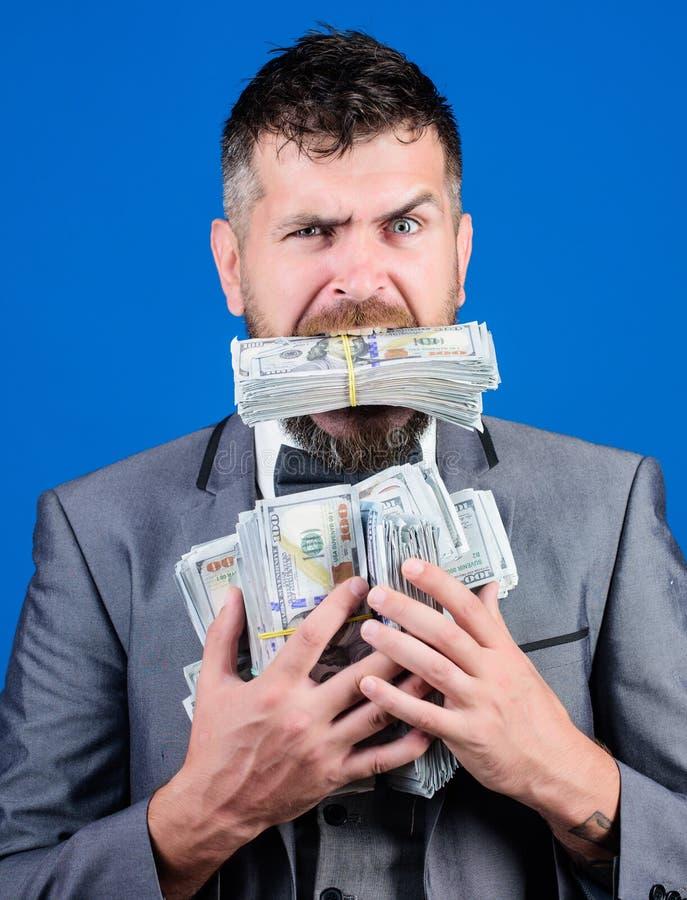 我们是富有的 与美元钞票的Billioner 愉快的有胡子的人有很多金钱 在巨大成交以后的商人 图库摄影