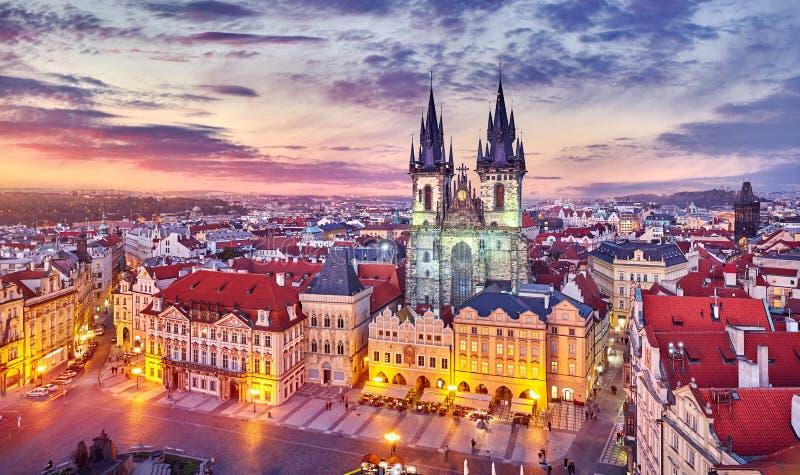 我们的在tyn前的夫人教会在与红色屋顶日落天空和顶视图的老镇中心布拉格捷克共和国 库存图片