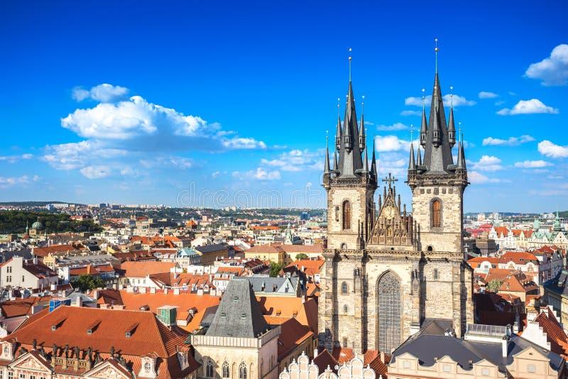 我们的在Tyn前的夫人教会鸟瞰图在布拉格天文学时钟或布拉格orloj对面的布拉格老镇中心,著名 免版税图库摄影