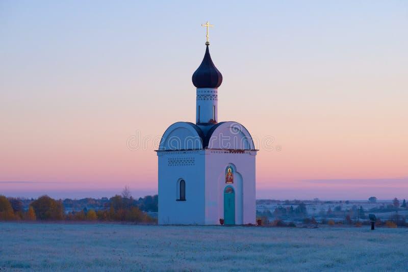 我们的神圣的小山的夫人教堂在10月黎明 Izborsk,俄罗斯 免版税库存图片