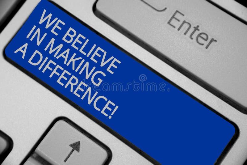 我们相信产生变化的概念性手文字陈列 企业照片可以是独特的键盘的文本自信 免版税库存图片