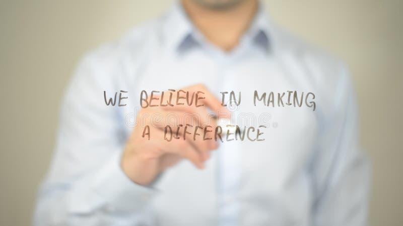 我们相信产生变化,在透明屏幕上的人文字 免版税库存图片