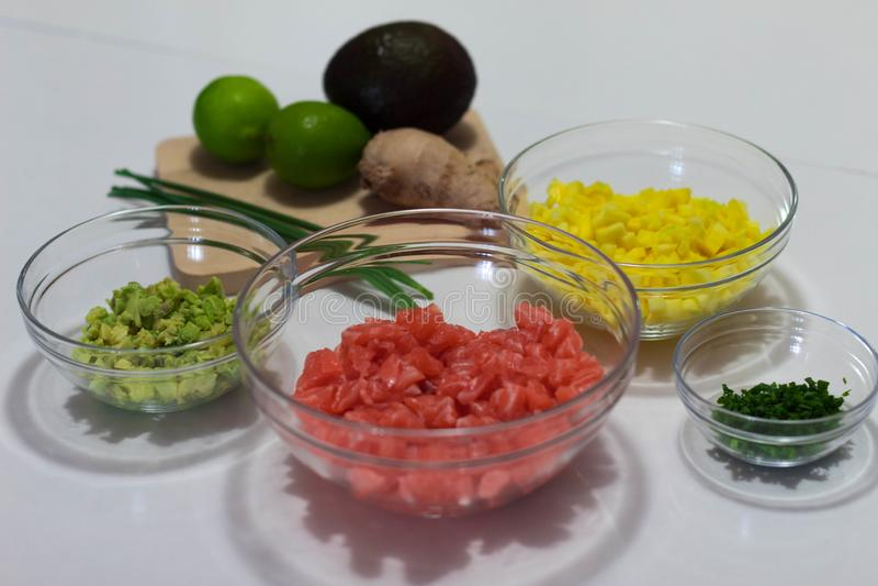 我做了这张照片成份切好和准备着烹调三文鱼齿垢 这些成份是鲕梨,芒果,三文鱼 免版税库存图片