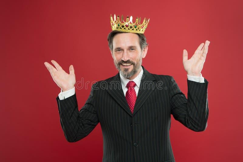 我公正优越 奖和成就 感觉的优势 是优越人 人有胡子的人在衣服举行 库存图片