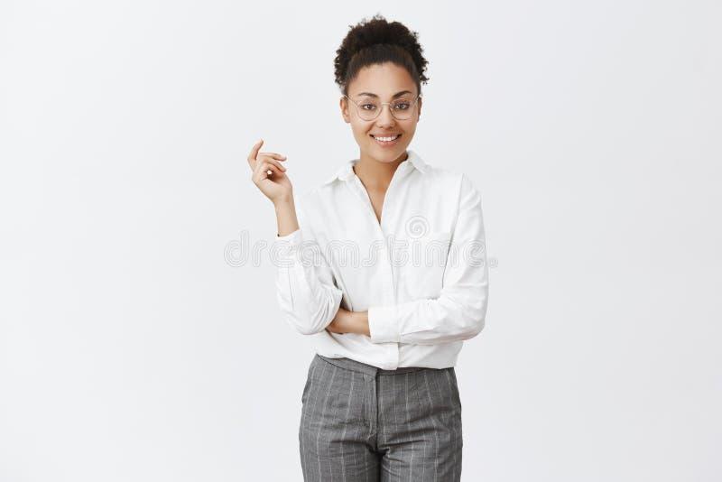 我可以应付您的问题 聪明和创造性的年轻女性雇员画象玻璃和衬衣的,握手 库存照片