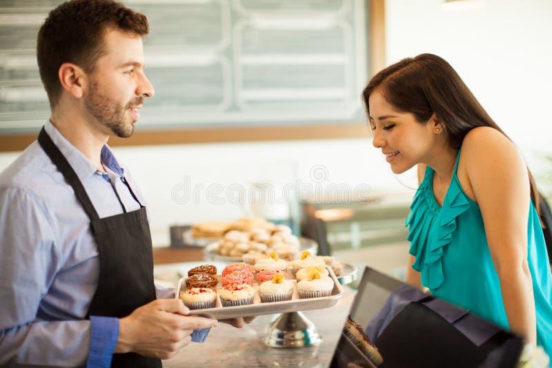 Download 我可以为您得到什么杯形蛋糕? 库存照片. 图片 包括有 购买, 选择, 有吸引力的, 舒适, 逗人喜爱, 室内 - 59110110