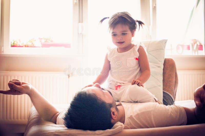 我和我的小女孩的时刻 愉快的新父亲 库存照片