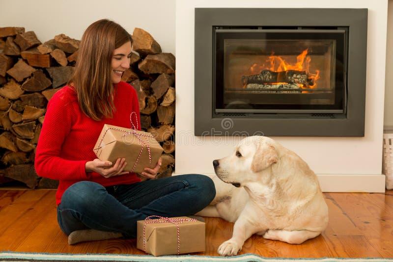 我和我的狗爱礼物 图库摄影