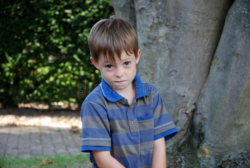 我喜欢对胡闹,恶作剧看的男孩 免版税图库摄影