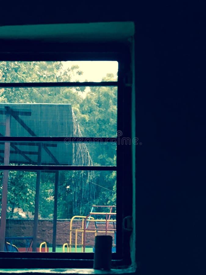 我在多雨天气的美好的里面窗口视图 库存照片