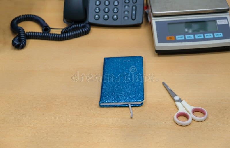 我在工作平原的书桌和简单, 免版税库存照片