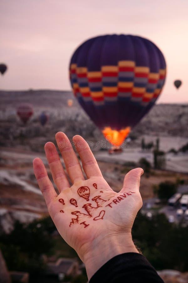 我在气球爱旅行到卡帕多细亚并且飞行在日出 免版税库存照片
