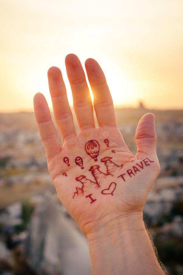 我在气球爱旅行到卡帕多细亚并且飞行在日出 免版税库存图片
