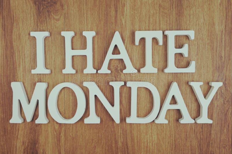 我恨在木背景的星期一字母表信件顶视图 库存照片