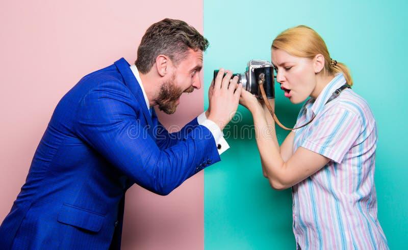 我永远夺取您的情感 摄影师射击的男性模型在演播室 时尚射击在照相馆 ?? 免版税图库摄影