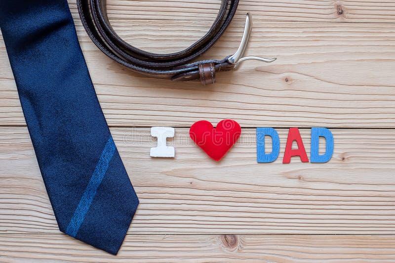 我爱与蓝色领带、传送带和红心形状的爸爸文本在木背景 愉快的父亲节和国际人的Da 库存图片