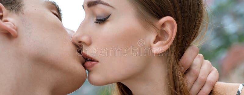 我爱亲吻我的他 帅哥亲吻俏丽的妇女 亲吻夫妇有浪漫联系 落的男人和的妇女  免版税图库摄影