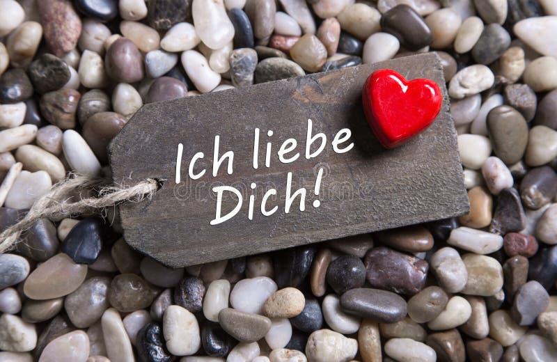 我爱你与德国文本的卡片和在一个木信号的红色心脏 库存照片