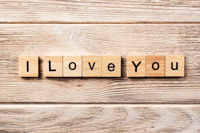 我爱你在木刻写的词 我爱你在桌上的文本,概念 免版税库存照片