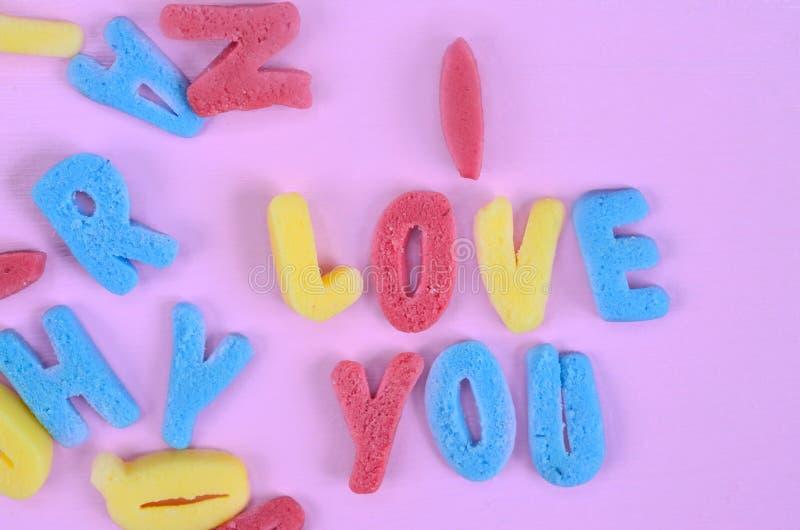 我爱你在桃红色桌上的词 免版税图库摄影