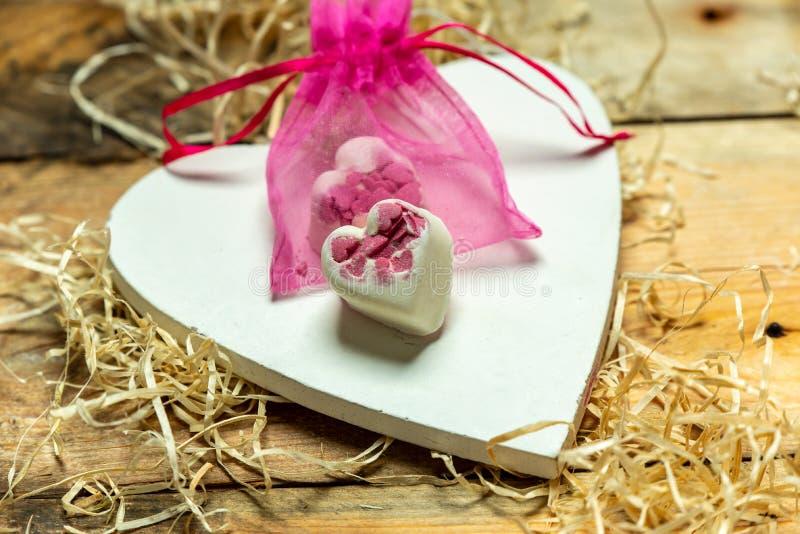 我爱你-从木头的白色,简单的心脏裁减在两旁边的浪漫,简单的土气背景白色,心脏塑造了巧克力 图库摄影