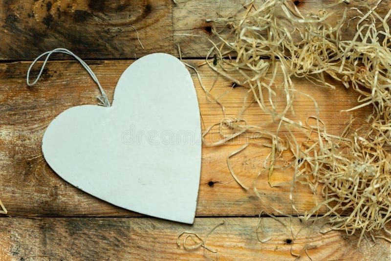 我爱你-从木头的白色,简单的心脏裁减在浪漫,简单的土气背景,与文本的空间 库存图片