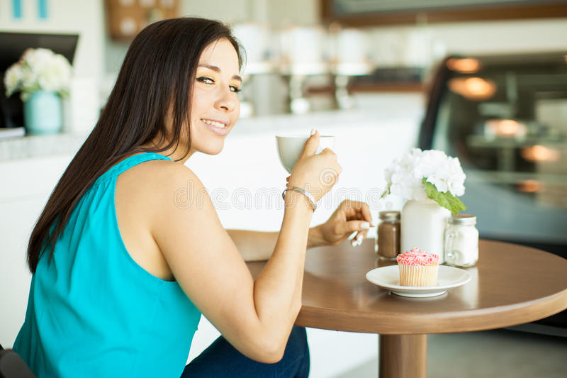 Download 我爱咖啡非常多 库存照片. 图片 包括有 点心, 商业, 蛋糕, 女性, 空间, 逗人喜爱, beautifuler - 59109654