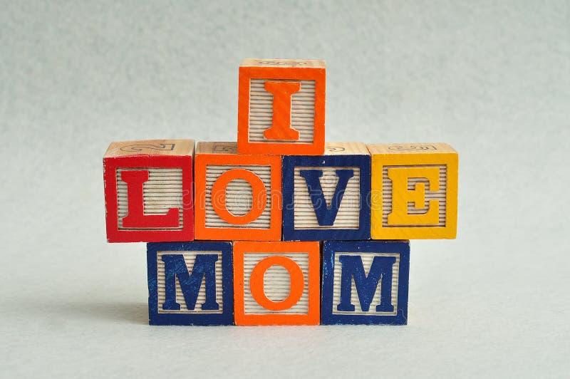 我爱妈妈拼写与五颜六色的字母表块 免版税库存照片
