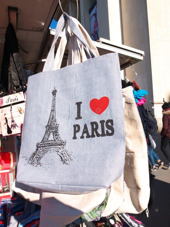 我爱巴黎纪念品艾菲尔铁塔袋子待售报亭 库存照片