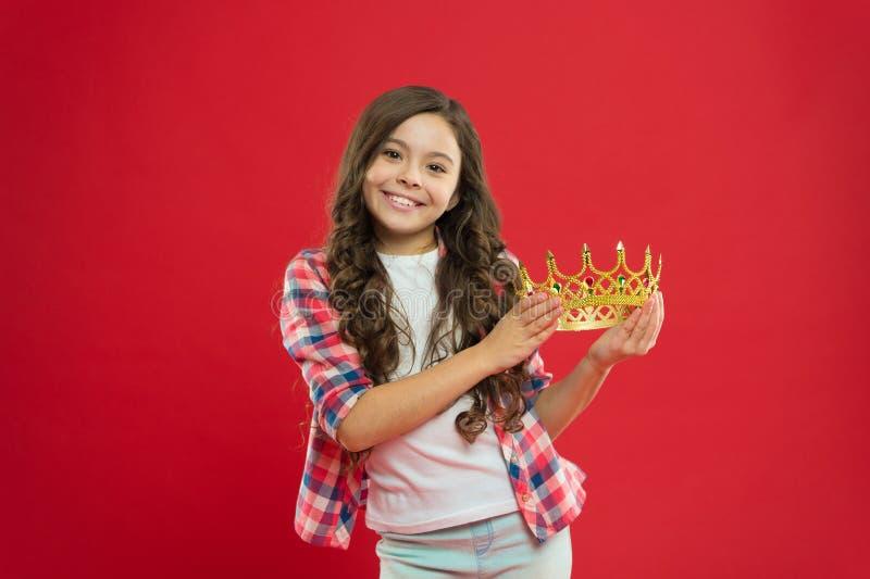 我的最大的珍宝 公主的孩子举行金黄冠标志 童年概念 作梦每个的女孩成为公主 免版税图库摄影