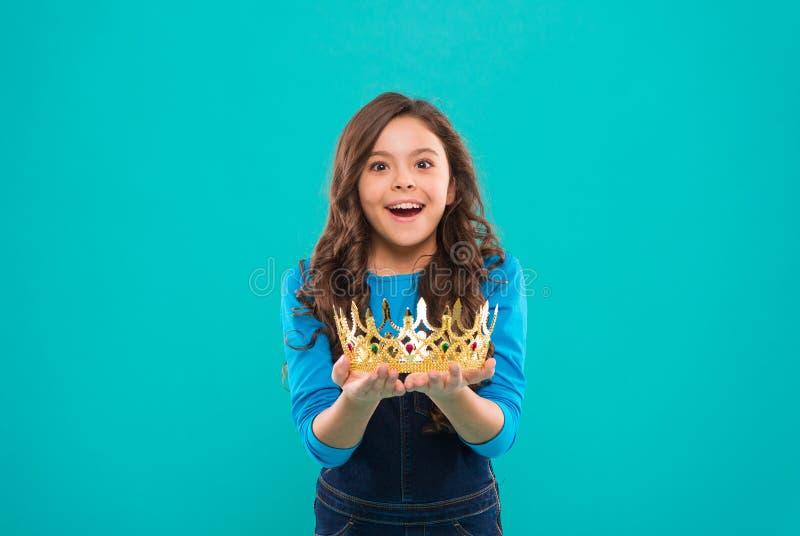 我的最大的珍宝 公主的孩子举行金黄冠标志 童年概念 作梦每个的女孩成为公主 免版税库存图片