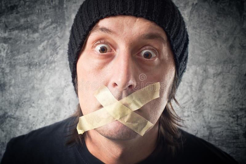 我的嘴唇被密封。有磁带的人在他的嘴。 免版税库存图片