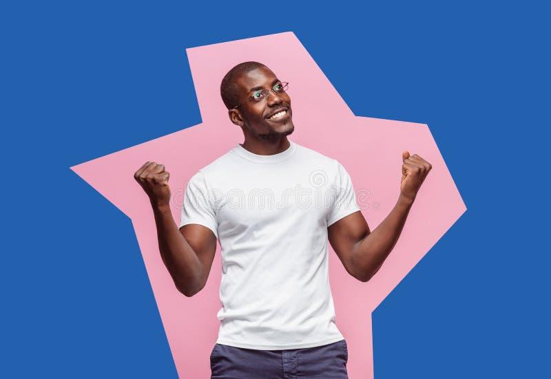 我赢取了 庆祝赢取的成功愉快的人是优胜者 非洲的男性模型的动态图象 免版税库存图片