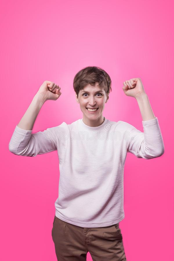 我赢取了 庆祝赢取的成功愉快的妇女是优胜者 图库摄影