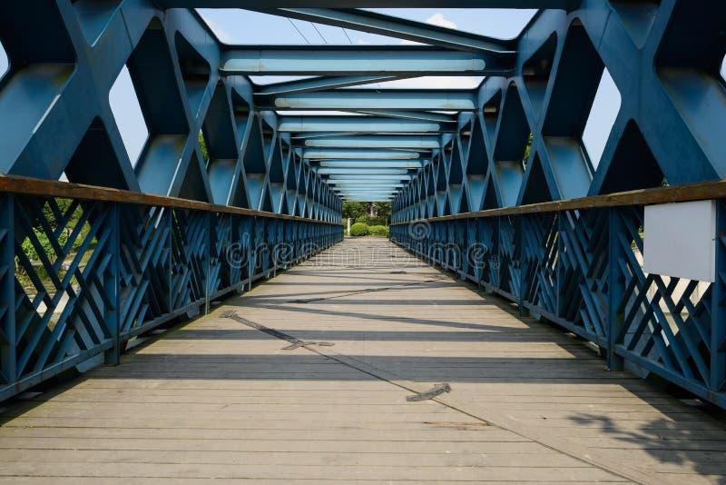 我钢有planked地板的桁架桥在riv的步行者的 库存照片