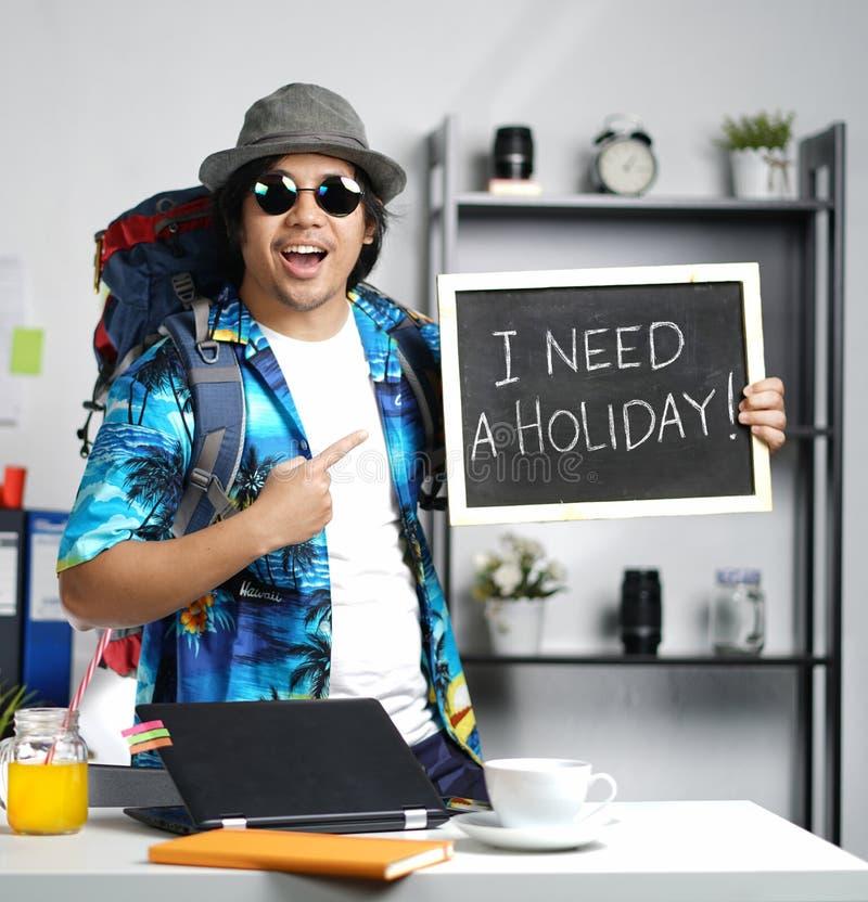 我需要假日概念 激动时髦年轻人运载大 免版税库存照片