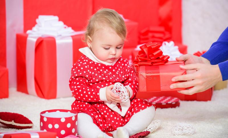 我首先的圣诞节 分享婴孩第一圣诞节喜悦与家庭 一次婴孩第一圣诞节在终身事件 少许 库存照片