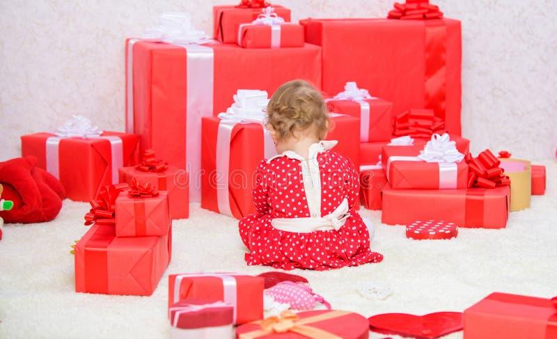 我首先的圣诞节 分享婴孩第一圣诞节喜悦与家庭 一次婴孩第一圣诞节在终身事件 礼品 免版税库存照片