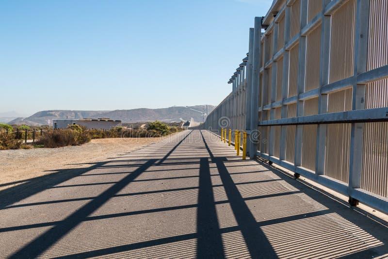 我们墨西哥在圣地亚哥和提华纳之间的边界墙壁 免版税库存图片