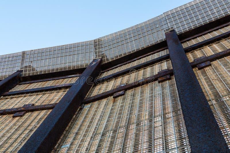 我们墨西哥边界篱芭如从下面被看见 库存图片