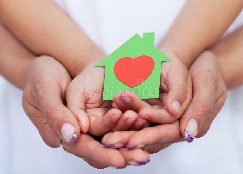 我们爱我们的绿色概念房子 免版税库存照片