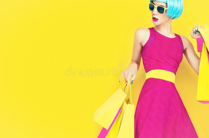 我们去购物! 迷人的时尚夫人 库存照片