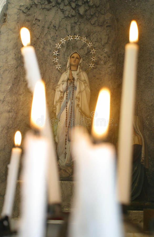 我们的卢尔德的夫人有蜡烛的 免版税库存照片
