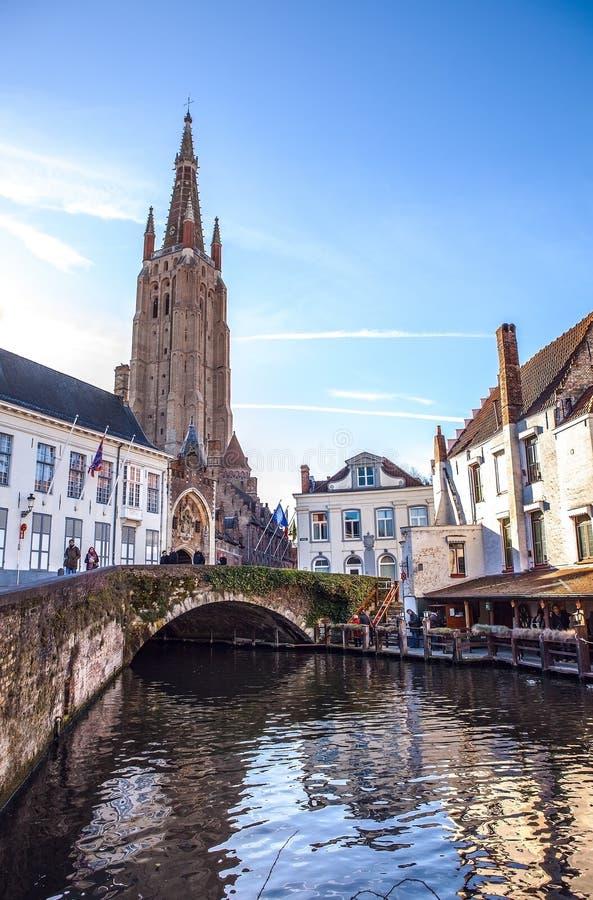 我们的夫人中世纪教会在布鲁日在晴朗的晚上,比利时 库存图片