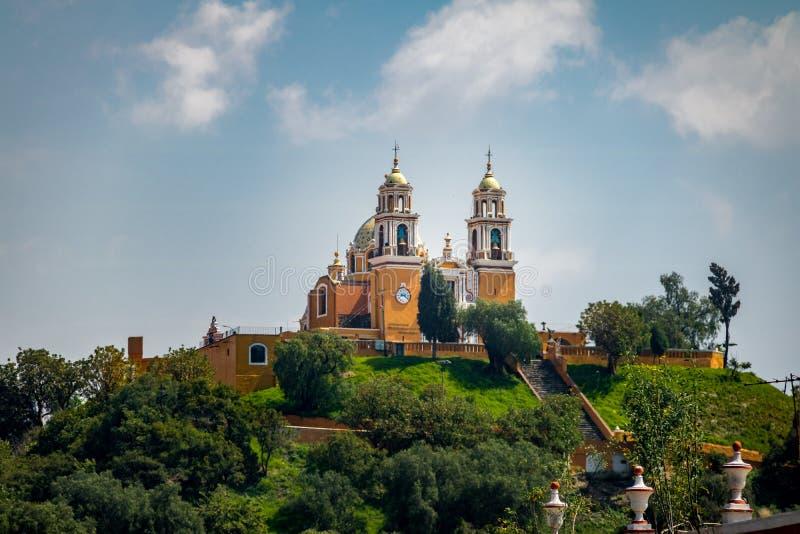 我们的补救的夫人教会在Cholula金字塔- Cholula,普埃布拉,墨西哥顶部 免版税库存图片