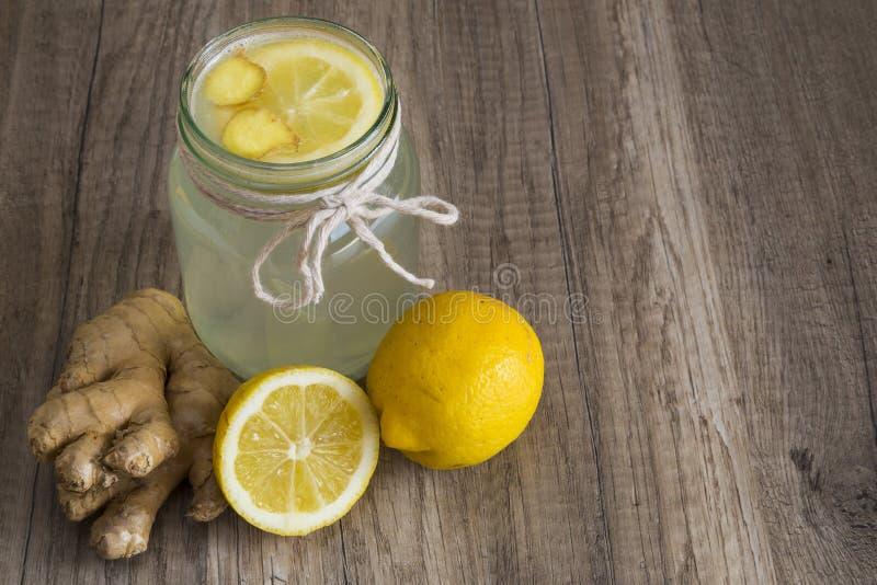 戒毒所在瓶子的柠檬和姜饮料 库存图片