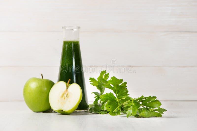 戒毒所概念 玻璃瓶子新鲜的饮料绿色圆滑的人,菠菜 库存照片