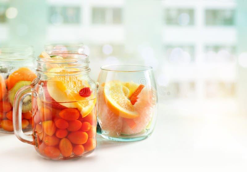 戒毒所饮食灌输了混合果子,健康饮料水  免版税库存照片